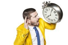 Επιχειρηματίας που προσπαθεί να ακούσει το χρόνο Στοκ Φωτογραφία