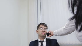 Επιχειρηματίας που προσπαθεί να απαντήσει στην κλήση που χρησιμοποιεί το γραμματέα του απόθεμα βίντεο