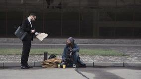 Επιχειρηματίας που προσφέρει την εργασία στους αστέγους απόθεμα βίντεο
