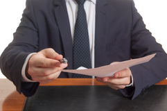 Επιχειρηματίας που προσφέρει τη μάνδρα και τα έγγραφα για την υπογραφή Στοκ φωτογραφίες με δικαίωμα ελεύθερης χρήσης