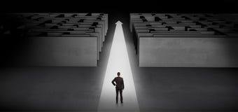 Επιχειρηματίας που προχωρά κατ' ευθείαν μεταξύ δύο λαβυρίνθων Στοκ εικόνες με δικαίωμα ελεύθερης χρήσης