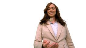Επιχειρηματίας που ρίχνει ένα νόμισμα στον αέρα στην άσπρη οθόνη σε σε αργή κίνηση απόθεμα βίντεο