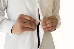 Επιχειρηματίας που ρυθμίζει τα κουμπιά πουκάμισών της Στοκ Εικόνες