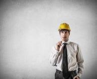 Επιχειρηματίας που σκέφτεται δαγκώνοντας ένα μολύβι στοκ φωτογραφία με δικαίωμα ελεύθερης χρήσης
