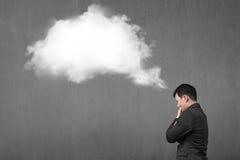 Επιχειρηματίας που σκέφτεται για την άσπρη σκεπτόμενη σύννεφο φυσαλίδα με το concr Στοκ Φωτογραφίες