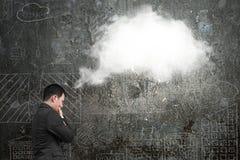 Επιχειρηματίας που σκέφτεται για την άσπρη σκεπτόμενη σύννεφο φυσαλίδα με το doodl Στοκ φωτογραφία με δικαίωμα ελεύθερης χρήσης