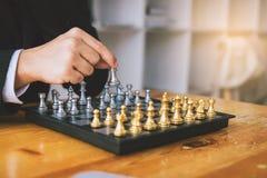 Επιχειρηματίας που σκέφτεται για την έννοια στρατηγικής και την κίνηση χεριών στοκ εικόνες με δικαίωμα ελεύθερης χρήσης