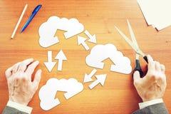 Επιχειρηματίας που σκέφτεται για την ανταλλαγή πληροφοριών μέσω της τεχνολογίας σύννεφων στοκ φωτογραφία με δικαίωμα ελεύθερης χρήσης