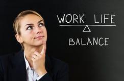 Επιχειρηματίας που σκέφτεται για την εξισορρόπηση της ζωής εργασίας Στοκ φωτογραφία με δικαίωμα ελεύθερης χρήσης