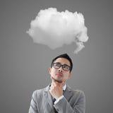 Επιχειρηματίας που σκέφτεται για το άσπρο σύννεφο στοκ εικόνα με δικαίωμα ελεύθερης χρήσης