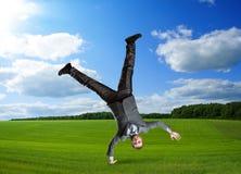 Επιχειρηματίας που στέκεται από τη μια πλευρά Στοκ φωτογραφία με δικαίωμα ελεύθερης χρήσης
