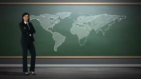 Επιχειρηματίας που στέκεται ενάντια στον παγκόσμιο χάρτη φιλμ μικρού μήκους