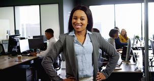 Επιχειρηματίας που στέκεται με τα χέρια στο ισχίο στο γραφείο 4k απόθεμα βίντεο