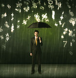 Επιχειρηματίας που στέκεται με την ομπρέλα και τους τρισδιάστατους αριθμούς που βρέχουν concep Στοκ φωτογραφία με δικαίωμα ελεύθερης χρήσης