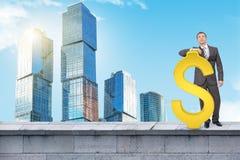 Επιχειρηματίας που στέκεται με το μεγάλο σημάδι δολαρίων Στοκ εικόνα με δικαίωμα ελεύθερης χρήσης