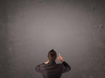 Επιχειρηματίας που στέκεται μπροστά από έναν κενό τοίχο στοκ φωτογραφία με δικαίωμα ελεύθερης χρήσης