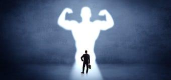 Επιχειρηματίας που στέκεται μπροστά από ένα ισχυρό όραμα ηρώων στοκ φωτογραφία με δικαίωμα ελεύθερης χρήσης