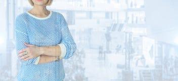 Επιχειρηματίας που στέκεται μόνο σε ένα μπλε υπόβαθρο Στοκ φωτογραφίες με δικαίωμα ελεύθερης χρήσης