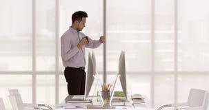 Επιχειρηματίας που στέκεται πίνοντας τον καφέ απόθεμα βίντεο