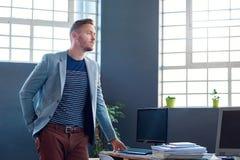 Επιχειρηματίας που στέκεται σε ένα γραφείο με ένα όραμα για την επιτυχία Στοκ Εικόνα