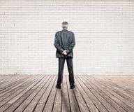 Επιχειρηματίας που στέκεται σε ένα δωμάτιο Στοκ Φωτογραφίες