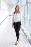 Επιχειρηματίας που στέκεται σε ένα σύγχρονο κτήριο Στοκ εικόνες με δικαίωμα ελεύθερης χρήσης