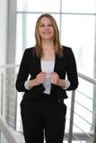 Επιχειρηματίας που στέκεται σε ένα σύγχρονο κτήριο Στοκ Εικόνες