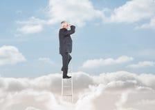 Επιχειρηματίας που στέκεται σε μια σκάλα πέρα από τα σύννεφα Στοκ φωτογραφία με δικαίωμα ελεύθερης χρήσης