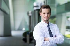 Επιχειρηματίας που στέκεται σε υπαίθριο Στοκ εικόνα με δικαίωμα ελεύθερης χρήσης