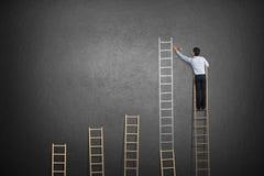 Επιχειρηματίας που στέκεται στη σκάλα στοκ φωτογραφίες με δικαίωμα ελεύθερης χρήσης