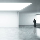 Επιχειρηματίας που στέκεται στο άσπρο γραφείο Στοκ Εικόνα