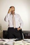 Επιχειρηματίας που στέκεται στο γραφείο γραφείων, V2 στοκ εικόνες με δικαίωμα ελεύθερης χρήσης