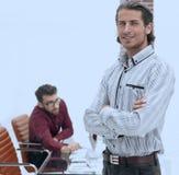 Επιχειρηματίας που στέκεται στο ευρύχωρο γραφείο Στοκ φωτογραφίες με δικαίωμα ελεύθερης χρήσης
