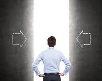 Επιχειρηματίας που στέκεται στο διάδρομο Στοκ Εικόνες