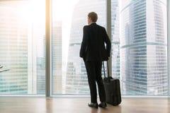 Επιχειρηματίας που στέκεται στο κενό γραφείο Στοκ εικόνα με δικαίωμα ελεύθερης χρήσης