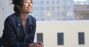 Επιχειρηματίας που στέκεται στο μπαλκόνι στο γραφείο 4k απόθεμα βίντεο