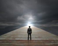 Επιχειρηματίας που στέκεται στο ξύλινο φως του ήλιου προσώπου τρόπων με το νεφελώδη ουρανό Στοκ φωτογραφίες με δικαίωμα ελεύθερης χρήσης