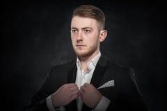 Επιχειρηματίας που στέκεται στο σκοτεινό υπόβαθρο κλίσης Στοκ φωτογραφία με δικαίωμα ελεύθερης χρήσης