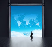 Επιχειρηματίας που στέκεται στο τρισδιάστατο δωμάτιο κεντρικών υπολογιστών δικτύων Στοκ Φωτογραφίες
