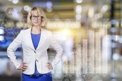 Επιχειρηματίας που στέκεται στο υπόβαθρο της οικονομικής αύξησης Στοκ εικόνες με δικαίωμα ελεύθερης χρήσης