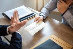 Επιχειρηματίας που στέλνει ένα γράμμα παραίτησης στον προϊστάμενο εργοδοτών στο ord στοκ εικόνες