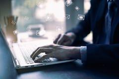 Επιχειρηματίας που στέλνει τα ηλεκτρονικά ταχυδρομεία από την έννοια υπολογιστών σας στοκ φωτογραφία με δικαίωμα ελεύθερης χρήσης