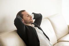 Επιχειρηματίας που στηρίζεται στο σπίτι μετά από τη δύσκολη ημέρα Στοκ Φωτογραφίες