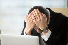 Επιχειρηματίας που συγκλονίζεται λόγω της πτώχευσης επιχείρησης Στοκ Εικόνες