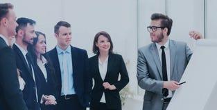 Επιχειρηματίας που συζητά ένα νέο επιχειρησιακό πρόγραμμα με τα μέλη της ομάδας του Στοκ εικόνες με δικαίωμα ελεύθερης χρήσης