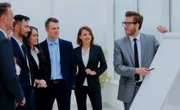 Επιχειρηματίας που συζητά ένα νέο επιχειρησιακό πρόγραμμα με τα μέλη της ομάδας του Στοκ Εικόνα