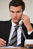 Επιχειρηματίας που συζητά στο τηλέφωνο γραμμών εδάφους, πορτρέτο Στοκ Εικόνα