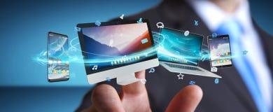 Επιχειρηματίας που συνδέει τις εφαρμογές συσκευών και εικονιδίων τεχνολογίας τρισδιάστατες σχετικά με Στοκ εικόνες με δικαίωμα ελεύθερης χρήσης