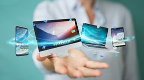 Επιχειρηματίας που συνδέει τις εφαρμογές συσκευών και εικονιδίων τεχνολογίας τρισδιάστατες σχετικά με Στοκ Φωτογραφίες