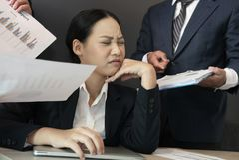 Επιχειρηματίας που συντρίβεται με τη σκληρή δουλειά καταπονημένη γυναίκα που υφίσταται την πίεση εξαντλημένη ουδετεροποίηση γραμμ στοκ φωτογραφίες με δικαίωμα ελεύθερης χρήσης